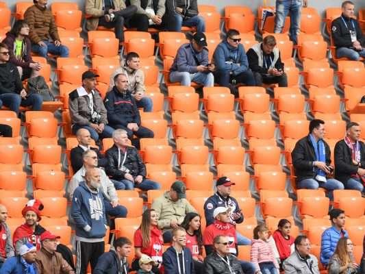 U vendosën tribuna shtesë por nuk mbushet as gjysma e stadiumit, lumë akuzash kundër FIFA-s