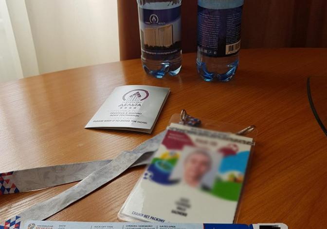 """FOTO/ Zyrtari i FSHF-së në Rusi me shishe uji, miku i tij i kujton Shqipërinë dhe e """"thumbon"""": Hiqja tapën"""