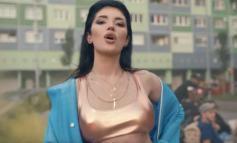 """FOTO/ Era Istrefi """"ndez"""" Rusinë, këngëtarja shqiptare surprizon me veshjen e saj"""