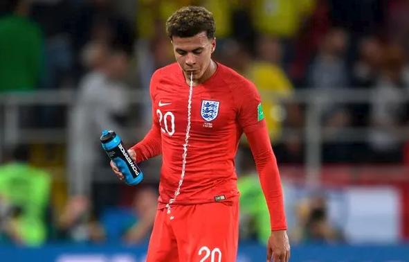 """Gjobë sepse piu ujë jo nga sponsori zyrtar, FIFA """"grin"""" kombëtaret në Botëror"""