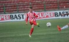 """FOTO/ PARTIZANI """"bie"""" në Korçë, futbollisti i SKËNDERBEUT """"provokon"""" të kuqtë: """"Viti i ri, avazi i vjetër"""""""