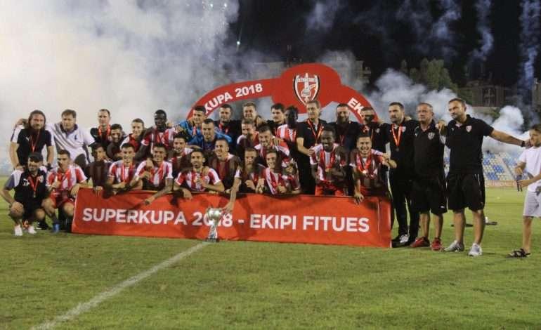 FOTO/ Lojtari i Skënderbeut më i lumtur se kurrë, gol dhe trofe që në ndeshjen e parë