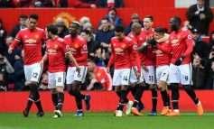 """FOTO/ Ekipi i tyre po """"shkatërrohej"""" në derbin e Manchester-it, dy lojtarët e Mourinhos """"luanin"""" dhe qeshnin në stoli e kuq"""