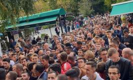 VIDEO/ Shkojnë për të blerë bileta për Kombëtaren, tifozët PRANGOSEN nga policia