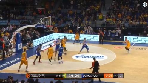 VIDEO/ Ndodh në basketboll, lojtari shënon kosh me kokë